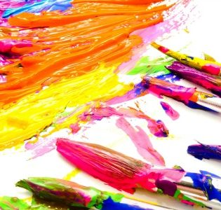 Totális őrület: teljes smink csak művészkellékekkel