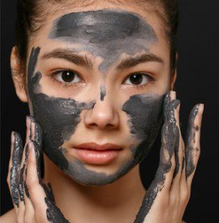 Aktív szenes arcpakolások és maszkok a drogériákból
