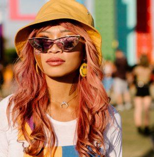 A napszemüveg az új smink, a színes haj alap – szépségtrendek a Coachelláról