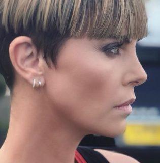 Charlize Theron bemutatta a szezon No.1 rövid frizuráját