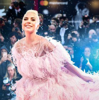 Lady Gaga lett az új Valentino parfüm arca