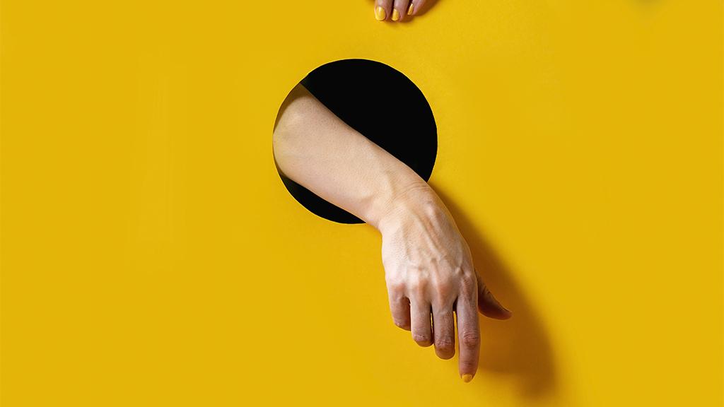 sárga manikűr