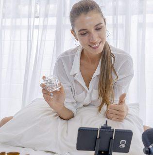 Megtiltották az influenszereknek Angliában, hogy filterezett fotókkal reklámozzanak kozmetikumokat