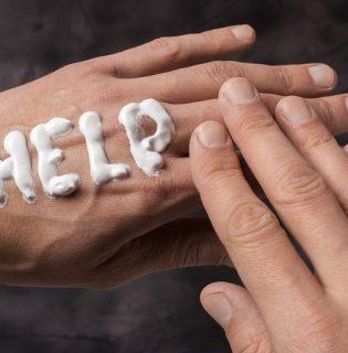 Állandó kézszárazsággal küzdesz? Így ápold kezeid megfelelően – Tippek a kézfertőtlenítő használata mellett (x)